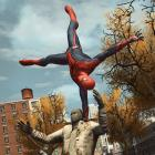 Spider-Man stops a robbery in The Amazing Spider-Man video game